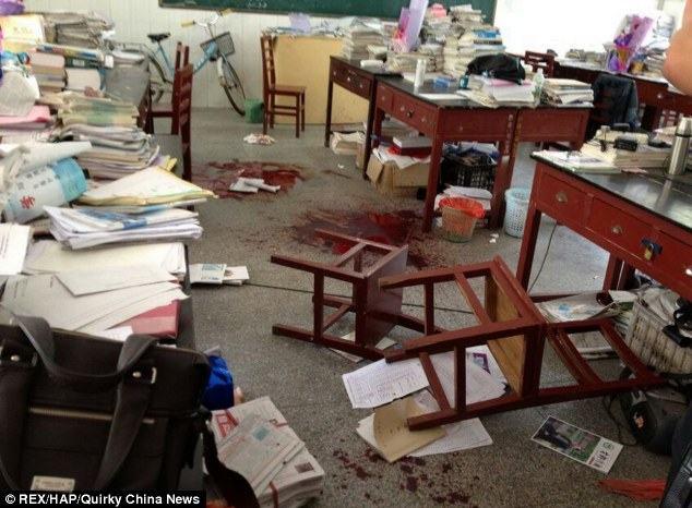 Cina: l'insegnante gli sequestra il cellulare, studente gli taglia la gola
