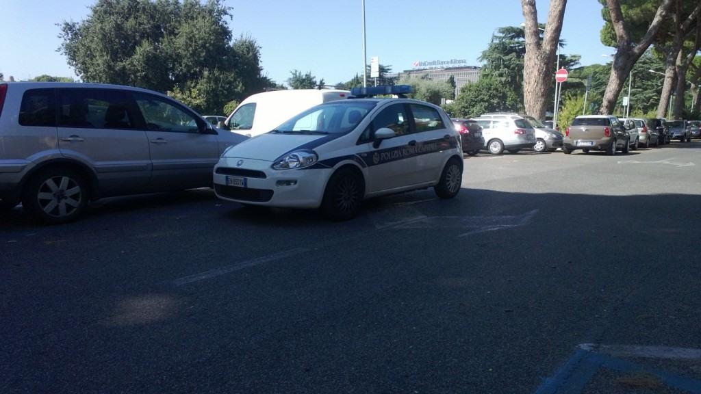 """Roma, parcheggiano in seconda fila: sono i vigili in """"pausa caffè"""" (FOTO)"""