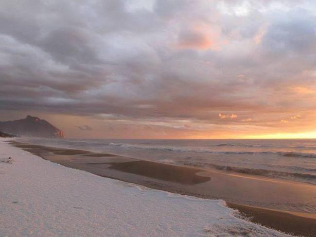 un manto di grandine sulla spiaggia di Sabaudia (foto di Valentina Giudice)