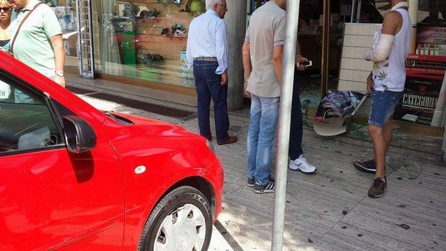 Latina-anziana-entra-con-auto-nella-farmacia-01