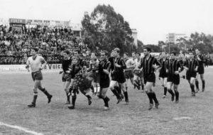 15 maggio 1966, Latina-Frosinone 1-1: l'ingresso in campo dei calciatori. Il Latina schierava Carrus, Fermi, Verdini, Morini, Gambini, Giacobbo, Crociara, Melloni, Guarniero, Carnevali e Zandri.