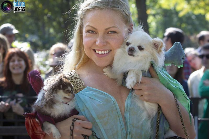 donna posa per una foto vestita da Daenerys Targaryen di Game of Thrones con i suoi cani durante il 24 ° Annual Tompkins Square Halloween Dog Parade di New York. CARLO ALLEGRI / REUTERS