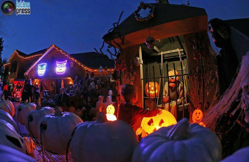 casa coperta con decorazioni di Halloween, un sobborgo di Chicago di Naperville. Jim Young / REUTERS